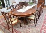 Mesa de jantar extensora para 12 pessoas. Acompanha 12 cadeiras sendo duas de braços. Mesa com pequena falha de placagem, na borda)