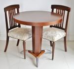 Mesinha redonda com duas cadeiras, madeira nobre, altura da mesa 78 cm e diâmetro 80 cm.