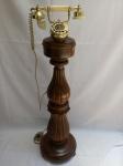 Imponente e Raro Telefone Pedestal Antigo, Esculpido em Madeira, aprox. 100 x 30 x 26cm, Funcionando, com detalhes em Latão, Bronze, Material Sintético, apresenta marcas do tempo