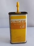 RARA Lata Óleo SINGER, Made U.S.A., aprox. 13 x 5,5 x 3cm, Antiga. Obs.: Ainda contém líquido, apresenta desgastes, vendido no estado