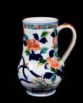 Grande Caneca de porcelana Chinesa  - Decoração Chinese Imari  com fartas ramagens de flores em azul índigo e rouge de fer sobre fundo branco. Med. 20,5 cm de altura; 13 cm de diâmetro; 17 cm maior largura contando com a alça. Marca de uso.