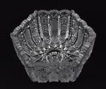 Baccarat - Belo centro de mesa oitavado em cristal francês, Baccarat, decorado com rica lapidação. Medidas: Alt. 11 cm; Diâmetro 20  cm. marcas de uso. No estado.