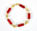 JÓIA - Elegante Pulseira de ouro teor 750 e segmentos cilíndricos facetados de pedra Vermelha. Possivelmente de origem Italiana. Marcas de uso. Med. 20 cm de comprimento (ABERTA). PESO TOTAL : 14,6 GRAMAS