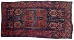 Lindo tapete persa de lã natural, tinta vegetal. Motivo decorativo padrão Floral geométrico. Marcas de uso. Pequenos restauros. Med. 2,30 x 1,18 m = 2,71 metros quadrados.