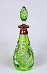Linda garrafa de cristal europeu lapidada na cor verde com bocal em cobre. Marcas do tempo. pequeno bicados. No estado. Med. 33 cm de altura x 10 cm de diâmetro.