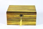 Arrojado e elegante  porta jóias de material sintético. Acompanha chave. Marcas de uso. Med 15  x 30 x 21 cm.