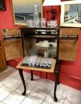 Excepcional móvel Bar, no estilo Chipandelle, Cerca de 1950. Madeira nobre, com guarnições e apliques de bronze, fundo espelhado. Porta interna, que serve como bandeja, precisa de manutenção na área das dobradiças. Faltam dois vidros das prateleiras das portas. Retirada em Angra dos Reis - RJ