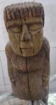 Arte Popular Brasileira - Escultura em bloco madeira entalhada, medindo 36cm de altura.