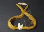 Xingu - Colar de Palha Dourada: magnífico artesanato indígena confeccionado por múltiplo trançado da palha dourada, possui selo numerado do extinto museu da FUNAI no Rio de Janeiro. 60 cm.