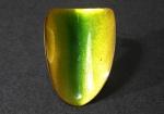 Renée Sasson (1922-2013) - Broche de cobre esmaltado na tonalidade verde, representação de folha estilizada, espeto duplo com contraste numerado, artista pioneira na fabricação de jóias no Brasil, década de 60. 5,5 cm.