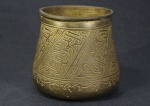 Vaso de bronze decorado por motivos egípcios lavrados, formato afunilado com gargalo mais estreito que a base. 9 cm.
