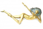 Mazeredo (Marli Crespo Azeredo) - Escultura de bronze, representação de Nú Feminino, provida de duas argolas de sustentação para pendurar. 67 x 36 cm, assinada no bronze.