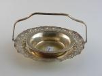 Lote composto por centro de mesa em metal com banho de prata, diâmetro 21 cm, e prato para doces  em metal com banho de prata, diâmetro 15 cm.