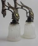 Aplique de bronze com tulipa de vidro.