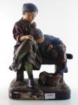 Escultura de terracota Francesa, período Art Noveau, assinada J. LE PUPUCH, Obra titulada os Irmãos. Altura 39 cm, largura 24 cm. Pequenos faltantes  no pé da menina e do menino.