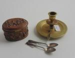 Lote de 3 peças , caixinha em petit bronze altura 5,5 cm (necessita restauro), castiçal de bronze altura 7,5 cm, par de colher art noveau. Comprimento 10,5 cm