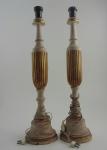 Par de abajur em madeira com tonalidades dourada e pátina brancas. Altura 58 cm.