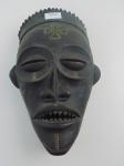 Máscara africana em madeira para rituais religiosos. Atura de 36 cm e largura de 23 cm.