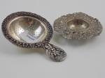 Par de coadores de chá em metal com banho de prata. Comprimento do maior 13 cm.