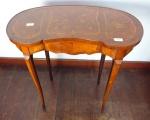 Mesa lateral com formato de rim. Altura 73 cm, comprimento 70,5 cm.