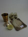 Lote composto de 9 diversas peças. Contém cinco copos para massoterapia, copo de bronze, base para cálice, bandeja e cinzeiro.