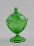 Compoteira em cristal prensado verde. Tampa apresenta pequenos bicados. Altura 20 cm.