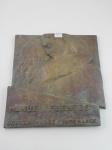 """Placa de bronze maciço escrito """"Manuel Fuentes, 7 de Mayo 1946, dedican madre y hermanos"""".  Altura 46 cm, largura 43 cm."""