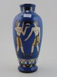 Vaso em porcelana com imagens de dois humanos em estilo egípcio antigo. Altura 36 cm.
