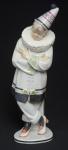 KARL ENS - Rara e delicada escultura em porcelana Alemã, Art Deco, representando pierrot. Especial para colecionador. Med.: 35 cm.