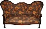 Antigo e espetacular sofá de três lugares de origem francesa  em madeira nobre com forração em tecido floral. peça de origem francesa. Lote possui pequenas perdas, pequenos restauros  e o tecido do assento se encontra com pequeno rasgo de aproximadamente 5cm. Lote vendido no estado.