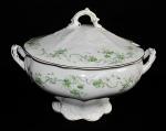 Antiga sopeira de porcelana Royal Porcelan de origem europeia com singelos florais e filetes de ouro.