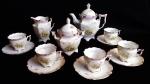 Conjunto de chá Alemão composto de 5(cinco) xícaras, açucareiro, bule de chá e cremeira. Apresenta alça da cremeira quebrada, duas xícaras com bicado e uma xícara rachada.