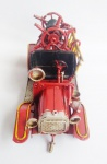 Carro de bombeiro estilo antigo confeccionado de metal e lata com riqueza de acabamentos. Medida 16 cm.