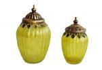 Conjunto de dois potes em vidro tipo satinado, com ricos acabamentos e tampa em metal patinado de dourado. Medida do maior 18 cm de altura.