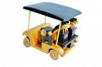 Carro de golfe feito em madeira com ricos acabamentos incluindo na traseira duas esculturas com taco de golfe.
