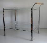 Carrinho para chá, de acrílico e metal, com dois tampos e pés em rodízio. Déc. 40. 85 x 54 x 80 cm altura.