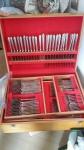 Faqueiro de prata 90 Wolff modelo London para 12 pessoas, composto de 98 peças, sendo: mesa 12 garfos , 12colheres, 12 facas; sobremesa 12 garfos, 12 colheres, 12 facas; facas , 8 colheres para chá , 12 colheres para café e 8 para servir. Brasil, séc. XX.