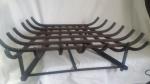 Grelha de ferro fundido para lareira, formato trapezóide com caixa para cinzas, 64 x 40 x 21 cm de altura. Bem conservado. Muito pesado.