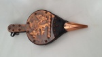Fole para lareira de madeira e placa de cobre decorado em relevo,  37 cm de comprimento.