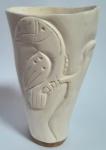 Porta canetas ou vaso executado em marfim, decorado com ave. 12 cm.