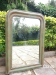Grande espelho  moldura patinado de verde. Possui marcas do tempo no vidro e desgaste na  moldura Medida: 80cm de altura x 56cm de comprimento.