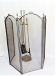 Kit Para Lareira   com Tela Proteção E Acessórios. , em metal Contem tela, suporte, pa, pegador de lenha . Sendo a tela com 1,32m de comprimento e 80cm de altura.