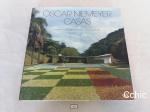 Livro OSCAR NIEMEYER: CASAS.Oscar Niemeyer.Casas é o primeiro livro dedicado unicamente aos projetos, construídos ou não, das casas de Niemeyer. Suas casas dividem-se em três fases, por meio das quais percebemos suas primeiras influências coloniais brasileiras e a evolução de seu estilo arquitetônico único, em que o arquiteto assumiu uma crescente liberdade formal fazendo uso da plasticidade do concreto armado. Pouco interessado na produção de sua arquitetura em larga escala, Niemeyer preocupa-se mais com a perfeita implantação de suas casas na topografia do lugar e com sua integração com a paisagem. O resultado é um conjunto de casas únicas que, completadas pelo trabalho de Athos Bulcão e do paisagista Burle Marx, são, até hoje verdadeiras obras de arte.