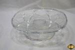 Prato de bolo, pudim com pé em vidro moldado. Medindo 25cm de diâmetro x 7,5cm de altura.