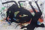 """Litografia original do artista Miró, retirada da revista Derriere le Miroir , editada em 1967 na França (não assinada pelo artista), de folha dupla, medindo: 38 cm x 56 cm. Esta litografia pertenceu a Hansen Bahia que a colocou em paspatour, com marcas do tempo: 53 cm x 70 cm (só faltou emoldura-la).  'Derriere le Miroir' acompanhou cada exposição na Galerie Maeght em Paris, França. A primeira edição apareceu em 1946, The last # 253 da coleção em 1982. DLM nasce da paixão de Aime e Marguerite Maeght. As primeiras edições foram planejadas por Aime Maeght para serem difundidas entre um grande público, com litografias originais. 10.000 cópias foram impressas e distribuídas através de quiosques. Isto falhou completamente e as restantes cópias foram vendidas em peso para financiar a impressão da quarta edição, que foi impressa em apenas 1500 cópias e foi o catálogo da exposição George Braque na Galerie. Jacques Kober e René Char escreveram os textos. Este conceito foi continuado em edições posteriores, combinando grandes escritores com grandes artistas. Em 1947, Adrien Maeght, juntou-se à empresa de seus pais e auxiliou seu pai no layout e na execução. Os artistas criaram litografias originais para ilustrar o DLM. O Mourlot fez a impressão litográfica e o texto foi impresso pela Union nos números 4-115. De 116 a 148, DLM foi filmado nos estúdios de Aime Maeght. Desde 1960, uma edição """"deluxe"""" foi publicada, em papel Arches, limitada a 150 cópias. Em 1964, Adrien Maeght criou a empresa de impressão ARTE, que projetou e imprimiu as edições 149-232. Todos incluíam litografias. Após a morte de Marguerite Maeght em 1977, os últimos números foram feitos na empresa de impressão Lion, com menos litografias. Alguns problemas foram reimpressos. Na edição 250, Aime Maeght queria prestar homenagem a todos aqueles que tinham seu nome associado ao DLM. Aime morreu em 1981 e o número 250 se tornou uma homenagem a Marguerite e Aime Maeght por trinta e cinco anos de amizade com os artist"""