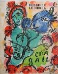 """Litografia original do artista Marc Chagall, retirada da revista Derriere le Miroir , editada em 1972, na França (não assinada pelo artista),  medindo: 38 cm x 28 cm. Esta litografia pertenceu a Hansen Bahia, que fez anotações no verso. 'Derriere le Miroir' acompanhou cada exposição na Galerie Maeght em Paris, França. A primeira edição apareceu em 1946, The last # 253 da coleção em 1982. DLM nasce da paixão de Aime e Marguerite Maeght. As primeiras edições foram planejadas por Aime Maeght para serem difundidas entre um grande público, com litografias originais. 10.000 cópias foram impressas e distribuídas através de quiosques. Isto falhou completamente e as restantes cópias foram vendidas em peso para financiar a impressão da quarta edição, que foi impressa em apenas 1500 cópias e foi o catálogo da exposição George Braque na Galerie. Jacques Kober e René Char escreveram os textos. Este conceito foi continuado em edições posteriores, combinando grandes escritores com grandes artistas. Em 1947, Adrien Maeght, juntou-se à empresa de seus pais e auxiliou seu pai no layout e na execução. Os artistas criaram litografias originais para ilustrar o DLM. O Mourlot fez a impressão litográfica e o texto foi impresso pela Union nos números 4-115. De 116 a 148, DLM foi filmado nos estúdios de Aime Maeght. Desde 1960, uma edição """"deluxe"""" foi publicada, em papel Arches, limitada a 150 cópias. Em 1964, Adrien Maeght criou a empresa de impressão ARTE, que projetou e imprimiu as edições 149-232. Todos incluíam litografias. Após a morte de Marguerite Maeght em 1977, os últimos números foram feitos na empresa de impressão Lion, com menos litografias. Alguns problemas foram reimpressos. Na edição 250, Aime Maeght queria prestar homenagem a todos aqueles que tinham seu nome associado ao DLM. Aime morreu em 1981 e o número 250 se tornou uma homenagem a Marguerite e Aime Maeght por trinta e cinco anos de amizade com os artistas e poetas."""