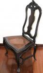 Cadeira em madeira nobre, no estilo D. José - Séc. XIX. Encosto fenestrado, com raso entalhes de arabescos e plumagem. Pernas curvas com travessão, saia e pés com entalhes. Assento forrado em palhinha. Acompanha almofada. Medidas: 107 X 60 X 46 cm. Peça com restauro e parte superior colada.