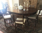 Elegante mesa elástica de jantar, em jacarandá, no estilo Georgiano. Pernas torneadas e frisadas, tampo ovalado, saia com entalhes de quadrados. Acompanham duas madeiras.Medidas 78 X 185 X 130 cm.