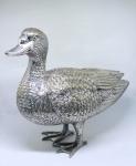 """Escultura em metal banhado a prata representando """"Pato"""". Medidas 28 X 33 cm."""