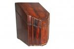 Antigo estojo inglês para faqueiro, em madeira maciça, interior marchetado. Medidas: 38 X 25 X 30 cm.